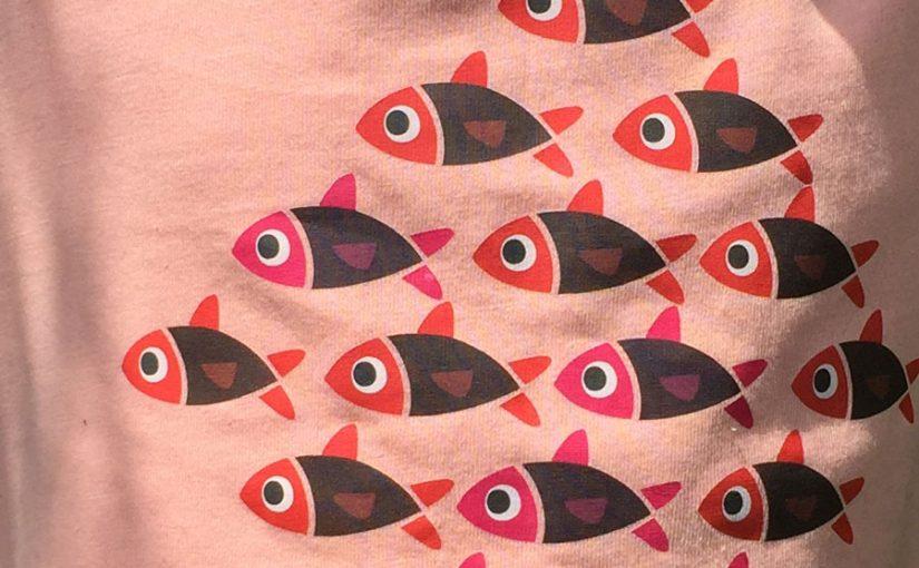 Estampación en camiseta con diseño de peces