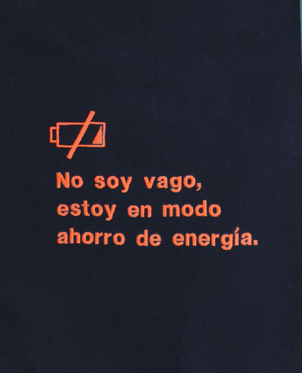 """Cojín bordado azul """"No soy vago, estoy en modo ahorro de energía"""""""
