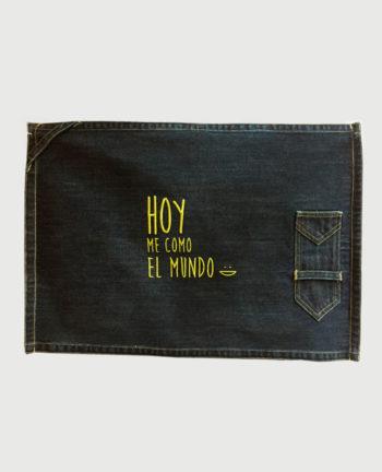 """mantel bordado con diseño de """"Hoy me como el mundo"""""""