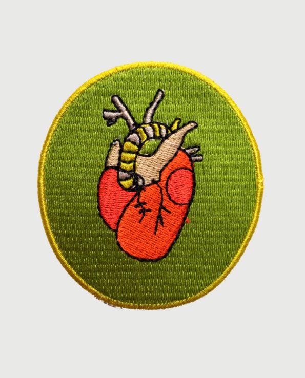 Parche bordado circular con diseño de corazón