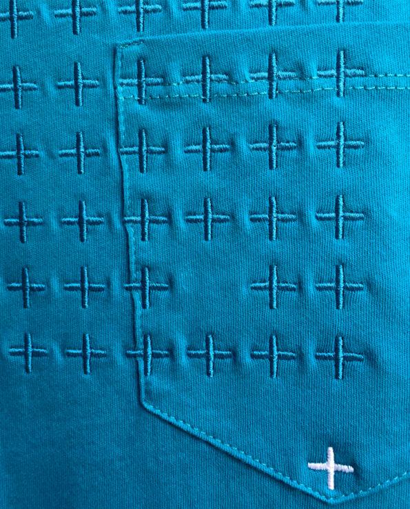 Detalle de bordado sobre camiseta de color azul