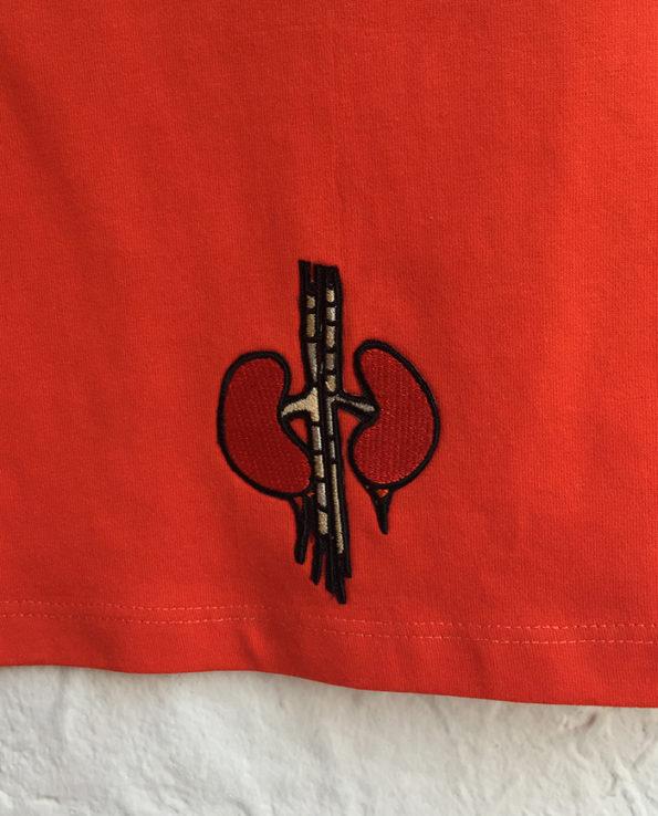 Camiseta naranja con parches bordados de órganos