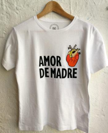 Camiseta en estampación textil y bordado con un corazón bordado y el texto amor de madre